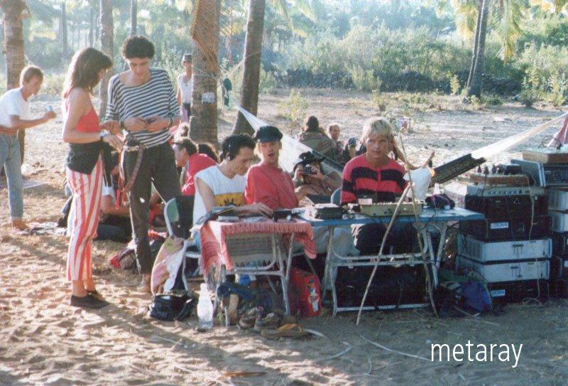 פלולים, גואה, 1990. מנגנים: Laurent,  Louis & Rolf. בלי במה, בלי עמדה, בלי כוכבים. הכל סובב סביב המסע המוזיקלי הרוחני. קרדיט: ריי קסטל