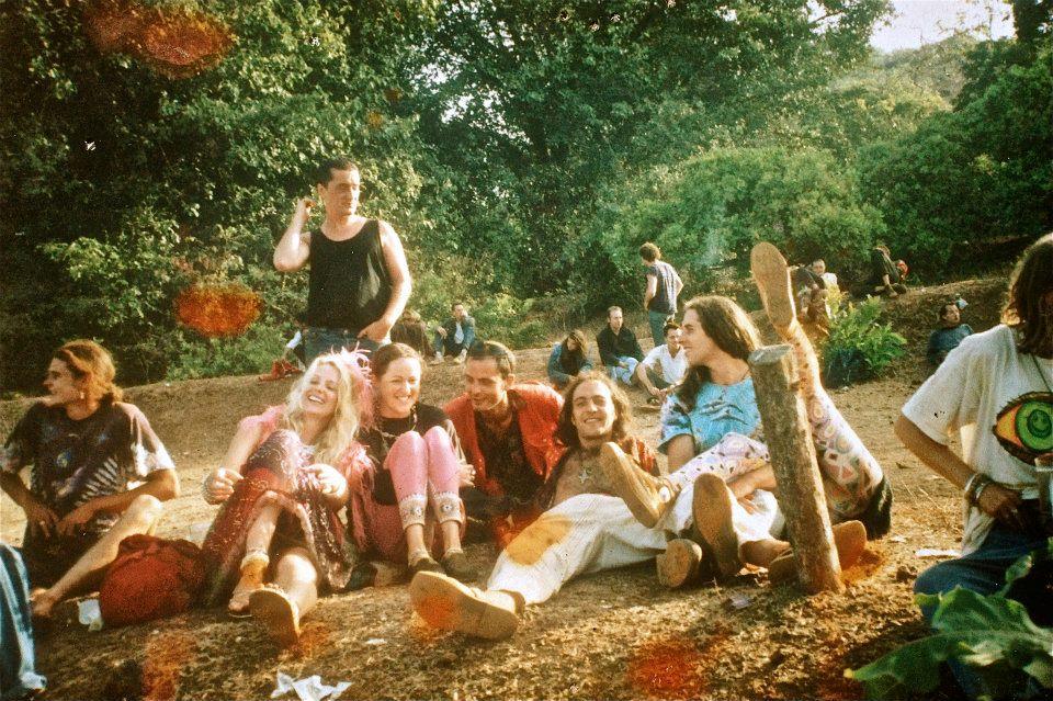 """מסיבת סילבסטר בגואה, 1992.  יושב חמישי משמאל, מרטין """"Youth"""" גלובר,  המייסד של Dragonfly Records, אחד הלייבלים הראשונים בתחום הגואה טראנס. קרדיט: מרטין גלובר"""