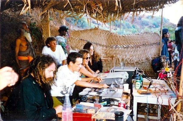 מנגנים במסיבה עם קסטות, שנות ה-90 המוקדמות. משמאל: גואה גיל ולידו לורנט האגדי