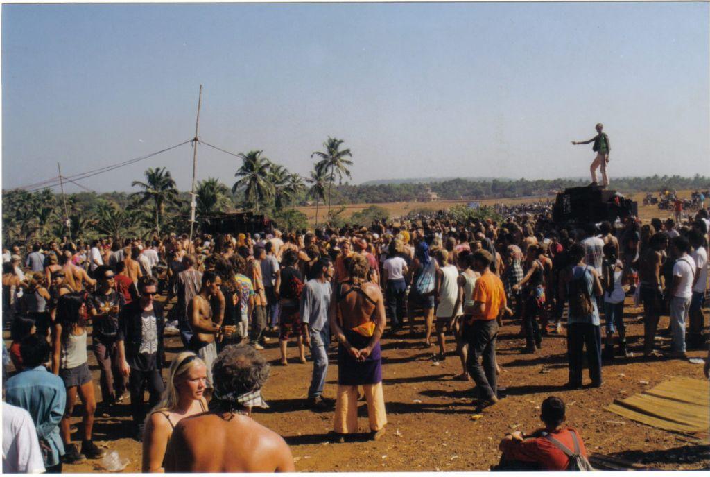 """מעל חוף הספגטי, גואה, 1997. רוקד על הרמקול- ד""""ר וגאטור. קרדיט: אנדראס וונגר"""