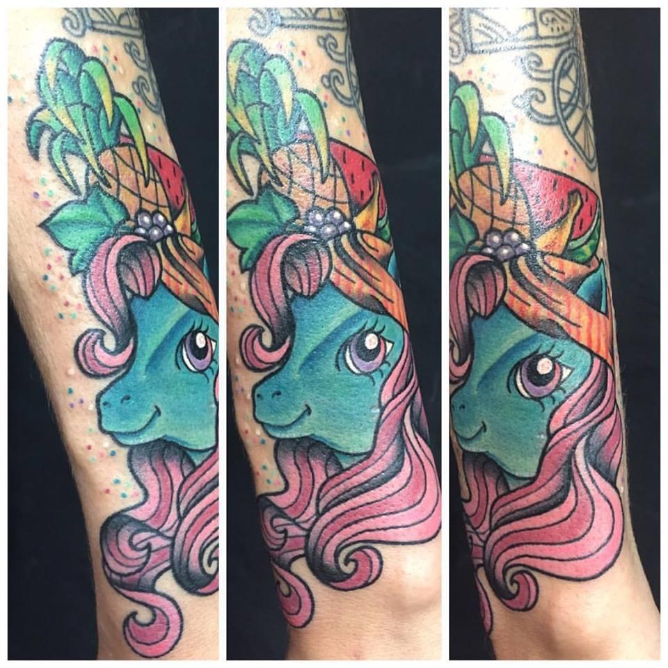 קעקועים צבעוניים על הזרוע inkdonky
