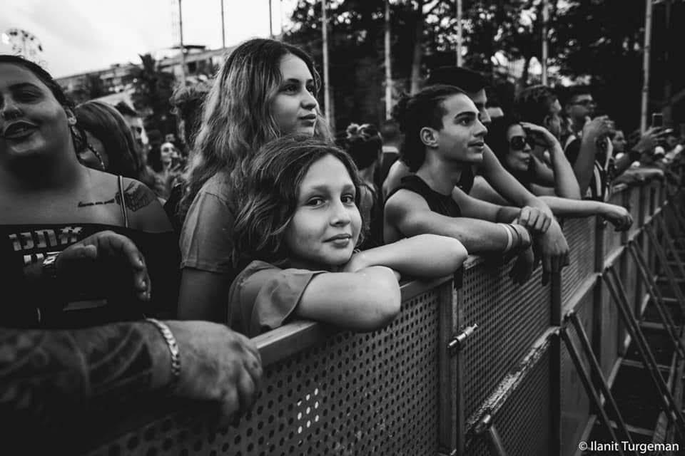 ילדה במחאת טראנס כיכר רבין קהל וודסטוק