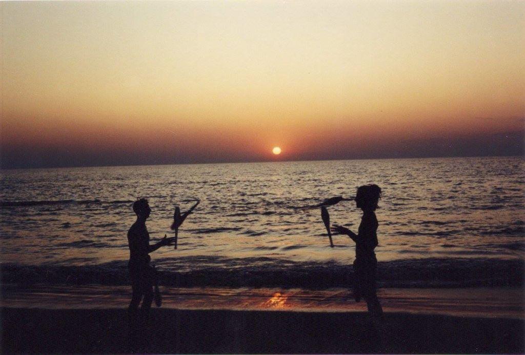 שקיעה בחוף אנג'ונה, גואה, 1992. מיקי ויזדום ולמי ריצ'רד עושים ג'אגלינג. קרדיט: אדריאן סקופה