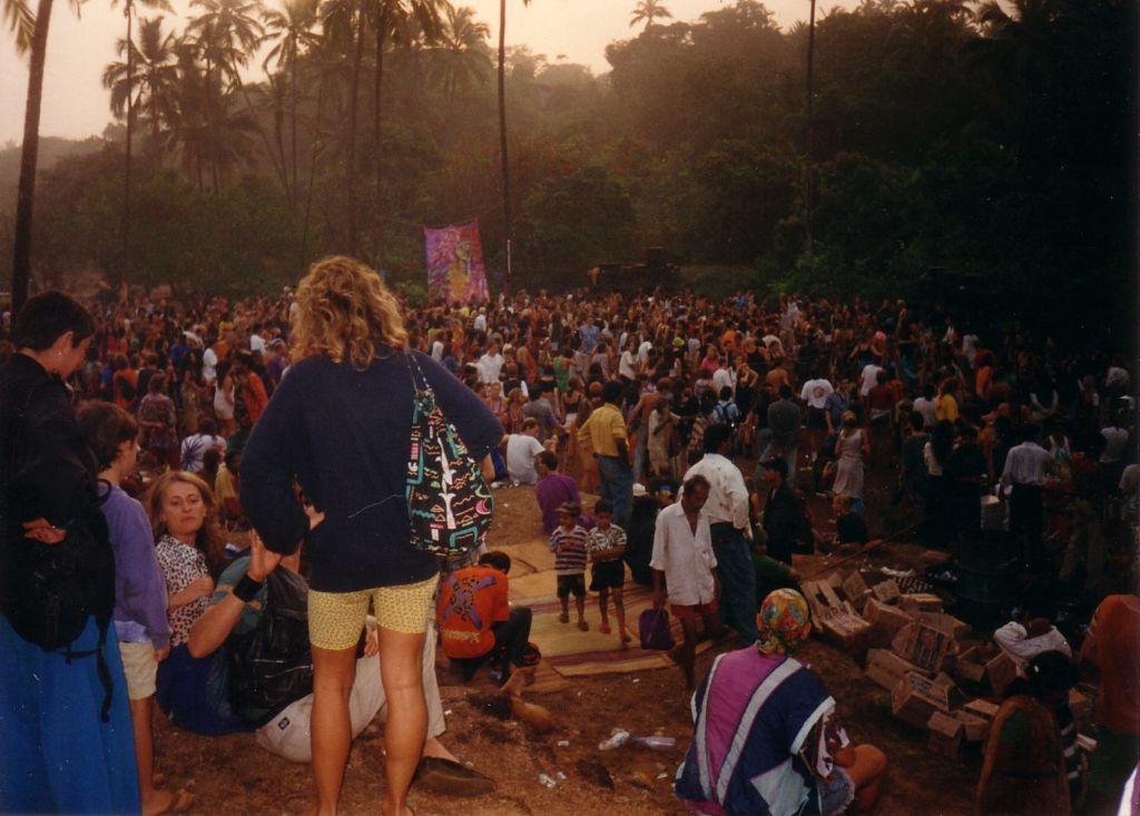 עמק הדיסקו, גואה, 1997. מיקו קליפורניה סאנשיין ניגן במשך כל המסיבה. קרדיט: פיטר נטרג'ה