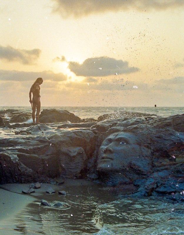 פני שיבה על הסלעים המפורסמים של ווגאטור, תחילת שנות ה-90. הפסל קיים עד היום. קרדיט: ג'ון טיזי