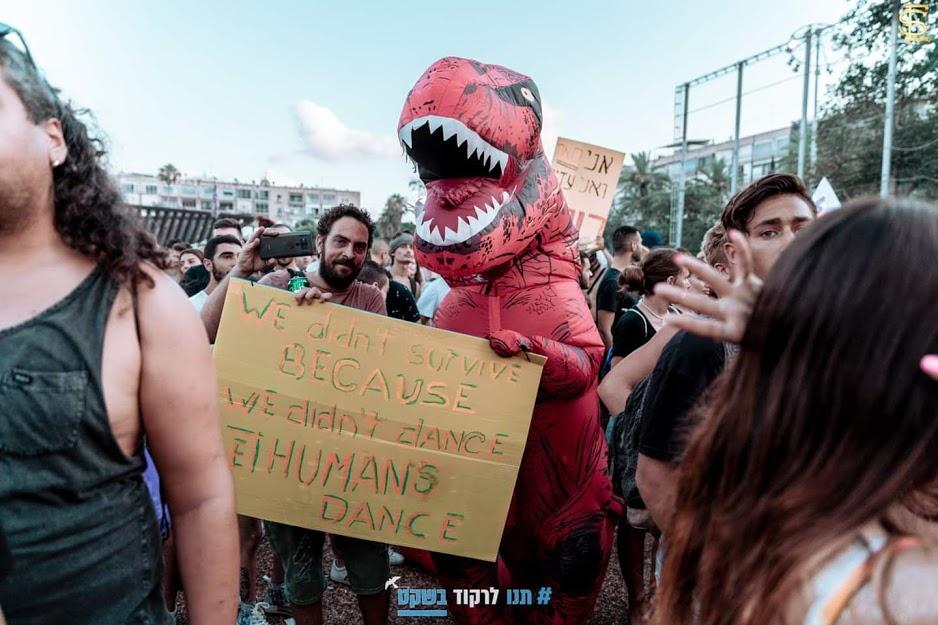 תחפושת דינוזאור בהפגנת טראנס