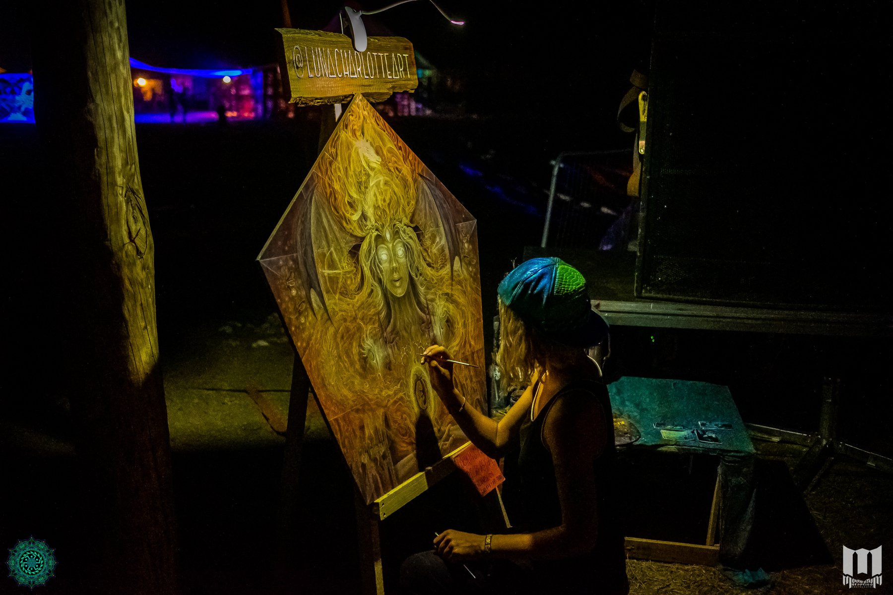 אישה מציירת אומנות בפסטיבל free earth ביוון