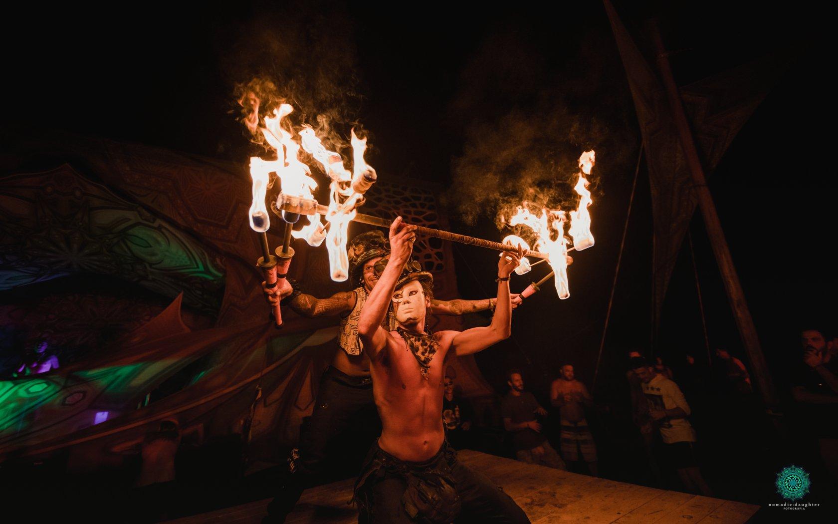 מופע אש בפסטיבל free earth ביוון