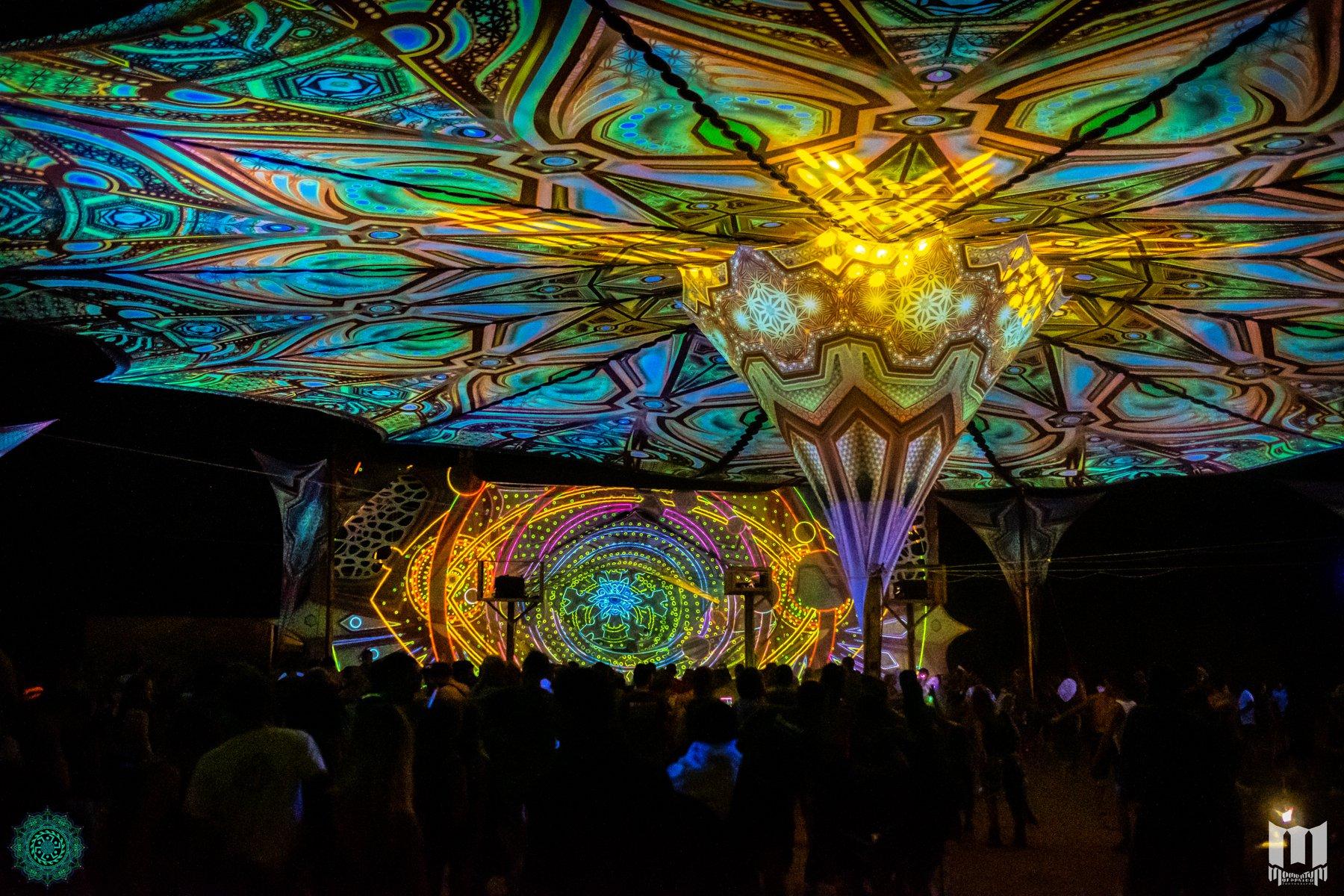 רחבה פסיכדלית בלילה בפסטיבל free earth ביוון