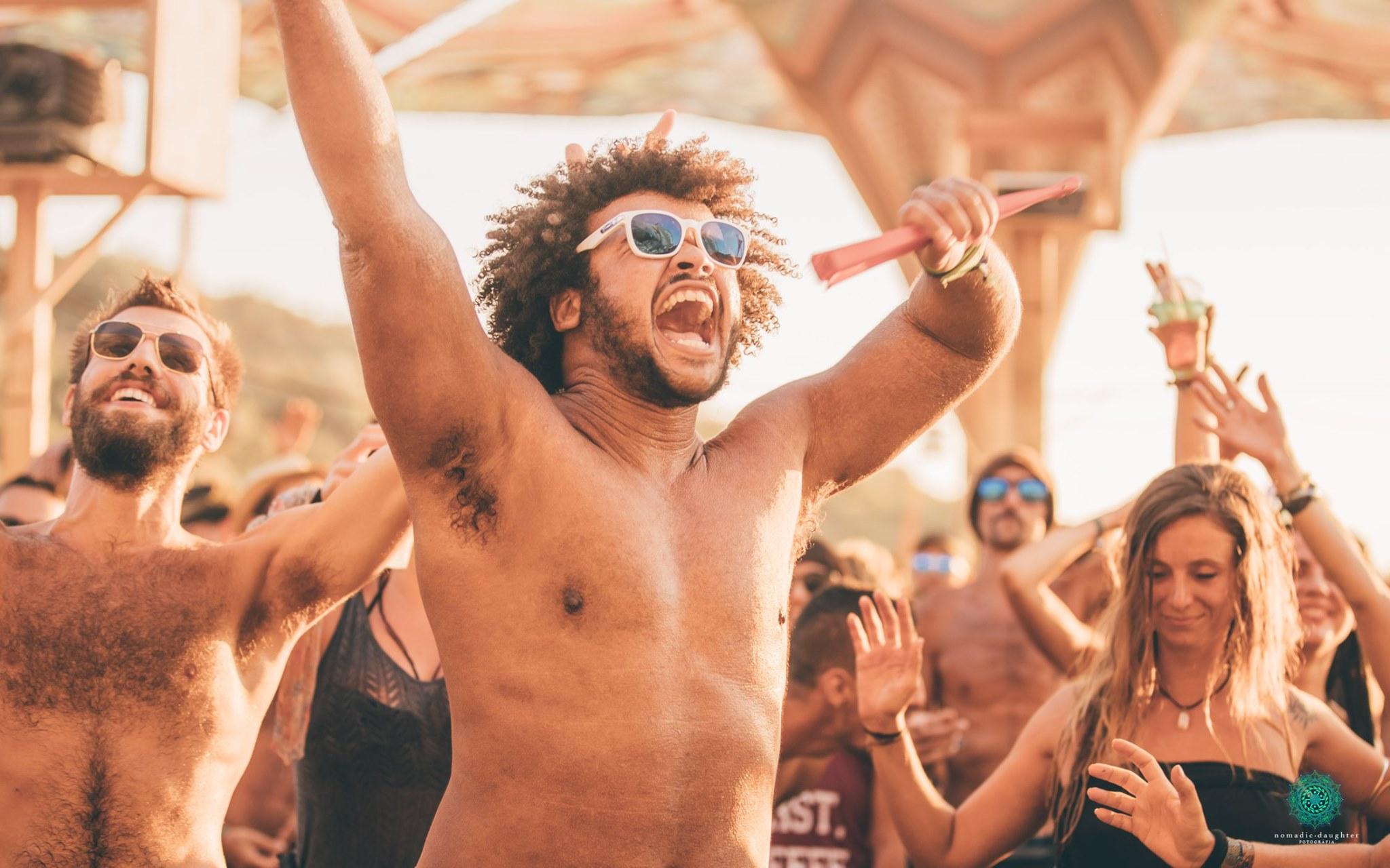 בן אדם רוקד בפסטיבל ביוון