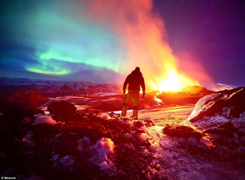 הזוהר הצפוני יחד עם התפרצות וולקנית בתמונה פסיכדלית